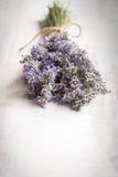Schließen Sie oben vom Lavendelblumenstrauß über einem weißen hölzernen Hintergrund Abbildung der roten Lilie Stockfotos