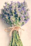 Schließen Sie oben vom Lavendelblumenstrauß über einem weißen hölzernen Hintergrund Abbildung der roten Lilie Lizenzfreie Stockfotos