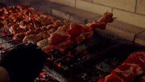 Schließen Sie oben vom Lebensmittel, das auf Grill grillt stock video