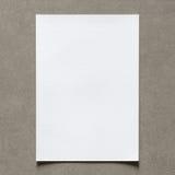 Schließen Sie oben vom leeren Weißbuchblatt mit Schatten auf Weinlesewand Stockbild