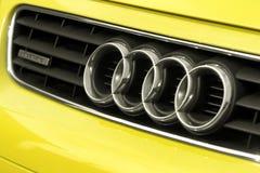 Schließen Sie oben vom Logo von Audi a3 auf der Autofront Stockbild