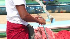Schließen Sie oben vom lokalen Fischer, der Netze auf Strand nach langer Nachtfunktion, Weligama, Sri Lanka sortiert stock video