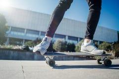 Schließen Sie oben vom longboard Reiten des jungen Mannes lizenzfreie stockfotos