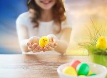 Schließen Sie oben vom Mädchen, das Ostern-Spielzeughuhn hält stockbilder