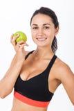 Schließen Sie oben vom Mädchen im Sport-BH mit einem Apfel Stockfoto