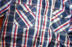 Schließen Sie oben vom männlichen Hemd der Weinlese, kariertes Muster Stockfotos