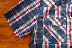 Schließen Sie oben vom männlichen Hemd der Weinlese, kariertes Muster Lizenzfreie Stockfotografie