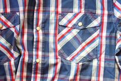 Schließen Sie oben vom männlichen Hemd der Weinlese, kariertes Muster Stockbild