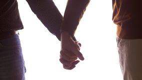 Schließen Sie oben vom männlichen homosexuellen Paarhändchenhalten stock footage