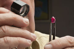 Schließen Sie oben vom männlichen Juwelier, der Edelstein betrachtet Lizenzfreies Stockbild
