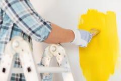Schließen Sie oben vom Mann in den Handschuhen, die Malerpinsel halten lizenzfreie stockfotos