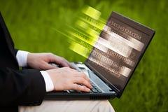 Schließen Sie oben vom Mann, der auf Laptop-Computer schreibt Lizenzfreies Stockfoto