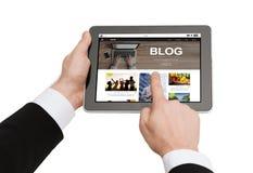 Schließen Sie oben vom Mann, der auf Tabletten-PC blogging ist Lizenzfreie Stockfotos