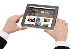 Schließen Sie oben vom Mann, der auf Tabletten-PC blogging ist Stockfoto