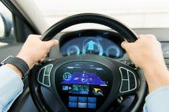 Schließen Sie oben vom Mann, der Auto mit gps-Navigator fährt Stockfoto