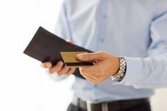 Schließen Sie oben vom Mann, der Geldbörse und Kreditkarte hält Stockfoto