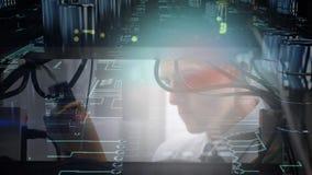 Schließen Sie oben vom Mann, der an Großrechner arbeitet, während Leiterplatte in Vordergrund sich bewegt stock footage