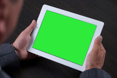 Schließen Sie oben vom Mann, der Tablette verwendet Grüner Bildschirm Lizenzfreie Stockfotografie