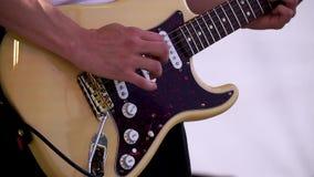 Schließen Sie oben vom Mann, der verstärkte Akustikgitarre spielt clip Großaufnahme der Hand Gitarre spielend Musikerspiel auf Ba stock video footage