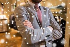 Schließen Sie oben vom Mann im Anzug und binden Sie am Bekleidungsgeschäft stockbilder