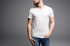 Schließen Sie oben vom Mann im leeren T-Shirt Stockfotografie