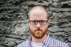 Schließen Sie oben vom Mann mit Gläsern gegen Steinwand Lizenzfreies Stockfoto