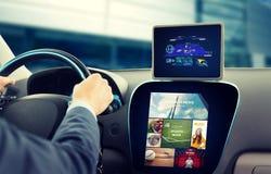 Schließen Sie oben vom Mann mit gps auf dem Tabletten-PC, der Auto fährt Lizenzfreie Stockbilder