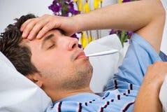 Schließen Sie oben vom Mann mit Grippe Stockfotografie