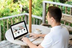 Schließen Sie oben vom Mann mit on-line-Shopseite auf Laptop Lizenzfreie Stockfotografie