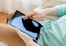 Schließen Sie oben vom Mann mit Tabletten-PC-Computer zu Hause Lizenzfreie Stockbilder