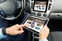 Schließen Sie oben vom Mann mit Tabletten-PC im Auto Lizenzfreie Stockbilder