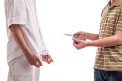 Schließen Sie oben vom Mann und ein Messer in seinen Händen halten und einen Doktor bedrohen stockfotografie