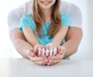 Schließen Sie oben vom Mann und vom Mädchen mit den schalenförmigen Händen zu Hause Lizenzfreies Stockbild