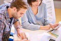 Schließen Sie oben vom Mann und von Frau, die gut zusammen arbeiten Lizenzfreie Stockfotos