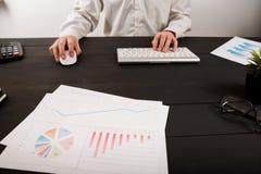 Schließen Sie oben vom Mannbuchhalter oder -banker, die Berechnungen machen Einsparungen, Finanzen und Wirtschaftskonzept lizenzfreie stockfotos