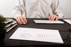 Schließen Sie oben vom Mannbuchhalter oder -banker, die Berechnungen machen Einsparungen, Finanzen und Wirtschaftskonzept lizenzfreies stockfoto