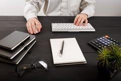 Schließen Sie oben vom Mannbuchhalter oder -banker, die Berechnungen machen Einsparungen, Finanzen und Wirtschaftskonzept stockbild