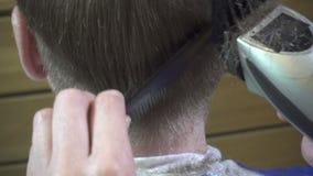 Schließen Sie oben vom Mannhaarschnitt mit Scherer im Friseursalon Haarschnittmänner Friseursalon Mann-Friseure herrenfriseure Fr stock footage