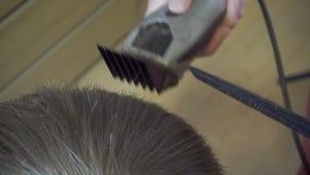 Schließen Sie oben vom Mannhaarschnitt mit Scherer im Friseursalon Haarschnittmänner Friseursalon Mann-Friseure herrenfriseure Fr stock video footage