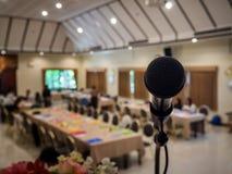 Schließen Sie oben vom Mikrofon im Konferenzsaal Stockfotos