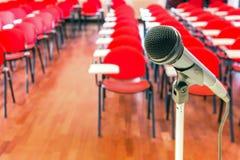 Schließen Sie oben vom Mikrofon im Konferenzsaal Lizenzfreie Stockbilder