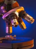 Schließen Sie oben vom Mikroskopdrehkopf und -vorlagenglas stockbild