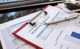 Schließen Sie oben vom Monatsbudgetdiagramm mit rotem Ordner Lizenzfreie Stockbilder