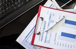 Schließen Sie oben vom Monatsbudgetdiagramm mit rotem Ordner Lizenzfreies Stockfoto