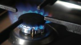 Schließen Sie oben vom natürlichen Gasherd, der, das Gas einschaltet, das mit copyspace brennt stock footage