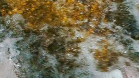 Schließen Sie oben vom natürlichen Wasserfall eines schnellen Stromes stock footage