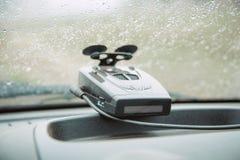 Schließen Sie oben vom Navigator- und Radardetektor auf einem Autowindfang, Konzept der modernen Fahrweise Stockbild