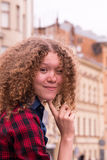 Schließen Sie oben vom netten lächelnden schönen jungen Mädchen auf dem Hintergrund die Stadt Lizenzfreie Stockfotografie