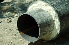 Schließen Sie oben vom neuen Rohr für Wasser, Heizung, Abwasser oder Gas mit Isolierung auf dem Rohrleitungsrekonstruktionsstando Lizenzfreies Stockbild