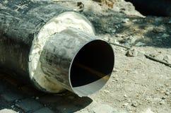 Schließen Sie oben vom neuen Rohr für Wasser, Heizung, Abwasser oder Gas mit Isolierung auf dem Rohrleitungsrekonstruktionsstando Lizenzfreie Stockfotos